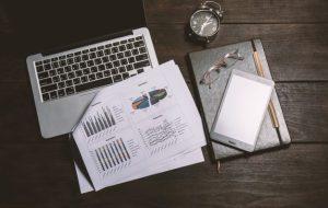 stoł-roboczy-z-raportem-i-laptop_1150-357