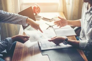 zbliżenie-zespoł-ludzi-biznesu-omawianie-planu-finansowego-na_1150-843